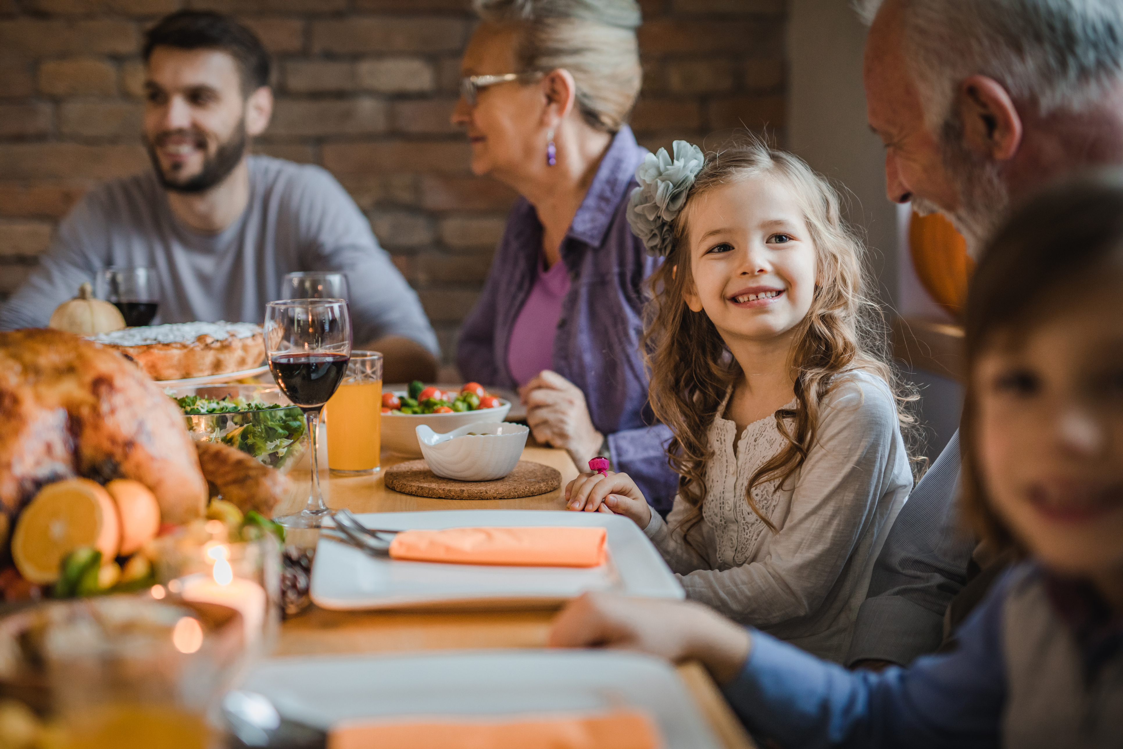 family eating thanksgiving dinner - HD1444×1118